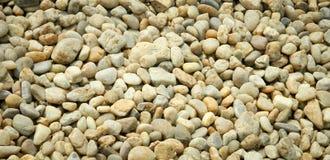 Pierres colorées à la plage de mer photos libres de droits