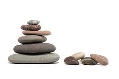 Pierres colorées et cairn en pierre d'isolement sur le blanc Image stock