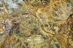 Pierres colorées, montagne de l'Île d'Elbe, l'eau, fond abstrait naturel Photos stock