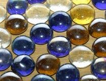 Pierres colorées sur une table en bois Images stock