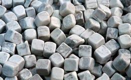Pierres décoratives de cube de marbre en jardin images libres de droits