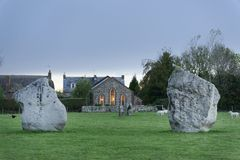 Pierres d'Avebury au WILTSHIRE, m?galithique et moderne combin? photos stock