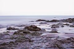 Pierres dans l'océan près du rivage canarien. Photos libres de droits