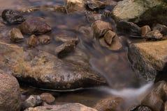 Pierres dans le fleuve Photographie stock libre de droits