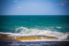 Pierres dans une mer et un ciel bleu Image libre de droits