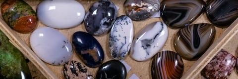 Pierres de blancs pour faire des pendants ou des broches photographie stock libre de droits
