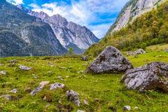 Pierres de Boulder dans Koenigssee, Konigsee, parc national de Berchtesgaden, Bavi?re, Allemagne photographie stock libre de droits