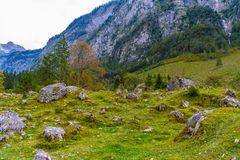 Pierres de Boulder dans Koenigssee, Konigsee, parc national de Berchtesgaden, Bavi?re, Allemagne photo stock