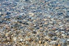 Pierres de caillou dans l'eau propre Photos libres de droits