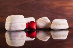 Pierres de chaux et symbole d'amour sur un bureau en verre Photographie stock