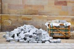 Pierres de granit de trottoir dans le site d'atconstruction pendant le repai de route Photo stock