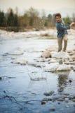 Pierres de lancement d'homme en rivière Image libre de droits