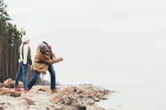 pierres de lancement de père et de petite fille en mer Photographie stock libre de droits