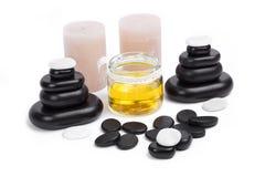 pierres de massage réglées avec les bougies et l'huile Photos stock
