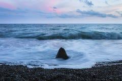 Pierres de mer avec le ciel dramatique Photos stock