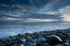 Pierres de mer et ciel bleu Image stock