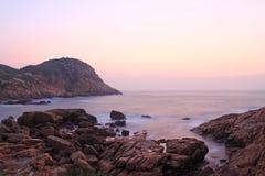 Pierres de mer sous la longue exposition au lever de soleil Images stock