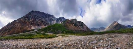 Pierres de placer de fleuve à la crête de montagne Photographie stock