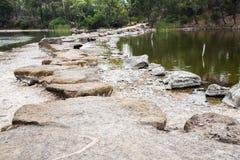 Pierres de progression à travers le lac Photographie stock libre de droits