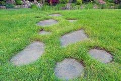 Pierres de progression dans la pelouse d'herbe de jardin Images libres de droits