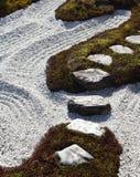Pierres de progression dans le jardin de zen Image stock