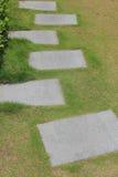 Pierres de progression dans un pré vert dans un jardin Image libre de droits