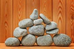 Pierres de sauna. Empilé sur une surface en bois. Photo stock