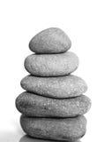 Pierres de station thermale de zen d'isolement sur le fond blanc Fond équilibré de pierres avec l'espace de copie Images libres de droits