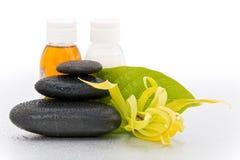 Pierres de station thermale et fleur de ylang-ylang Image stock