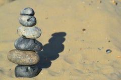 Pierres de zen empilées sur le sable Photographie stock libre de droits