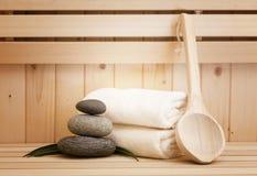 Pierres de zen et accessores de station thermale dans le sauna Image stock