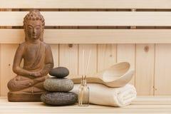 Pierres de zen et statue de Bouddha dans le sauna Photographie stock libre de droits