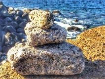 Pierres de zen sur une roche Images stock