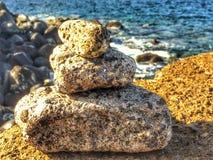 Pierres de zen sur une roche Photo libre de droits