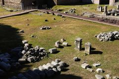 Pierres des colonnes antiques en Roman Forum, ruines d'antiquité à Rome, Italie photos libres de droits
