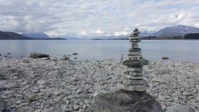 Pierres empilées au tekapo de lac, Nouvelle-Zélande photos libres de droits