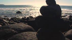Pierres empilées sur la plage Inclinaison vers le haut de vidéo Florianpolis, Santa Catarina, Brésil clips vidéos