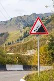 Pierres en baisse de danger Panneau routier d'éboulement dans les montagnes, Alm Photo stock