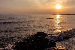 Pierres en mer sur le fond du lever de soleil photo libre de droits