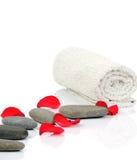 Pierres, essuie-main et pétales de massage Photo stock