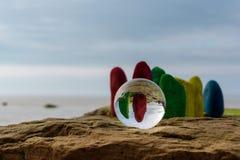 Pierres et boule de cristal peintes Photo libre de droits