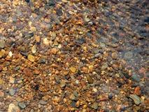 Pierres et cailloux sur un lit de rivière image stock