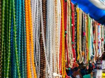 Pierres et collier de perles avec différentes couleurs image libre de droits