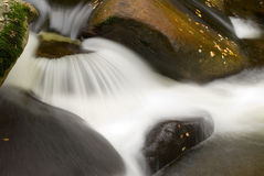 Pierres et fleuve Photos stock