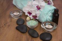 Pierres et orchidée de basalte de zen sur le bois photo stock