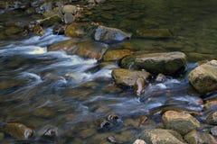 Pierres et rivière de montagne avec la petite cascade Photo libre de droits