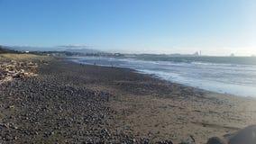 Pierres et sable noir sur un besch du Nouvelle-Zélande Images libres de droits