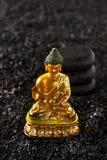 Pierres et statue Bouddha de station thermale Photos stock
