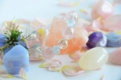 Pierres gemmes avec des fleurs photos libres de droits
