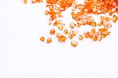 Pierres gemmes citrines oranges sur le fond blanc Photo libre de droits